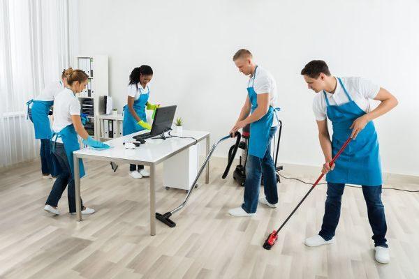 Team bei der Büroreinigung