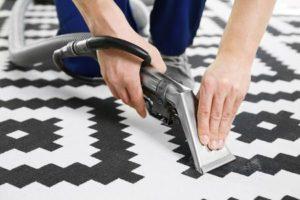 Dieses Bild veranschaulicht die Teppichreinigung per Hand.