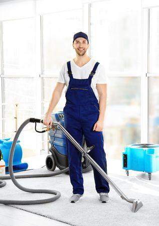 Dieses Bild zeigt einen Teppichreiniger mit professioneller Ausrüstung.