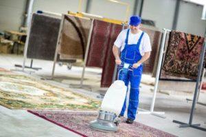 Das ist eine Reinigungskraft bei der Reinigung von Orientteppichen.